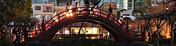太鼓橋を渡る